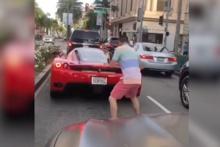 Son model Ferrari'yi görünce aklını kaybetti