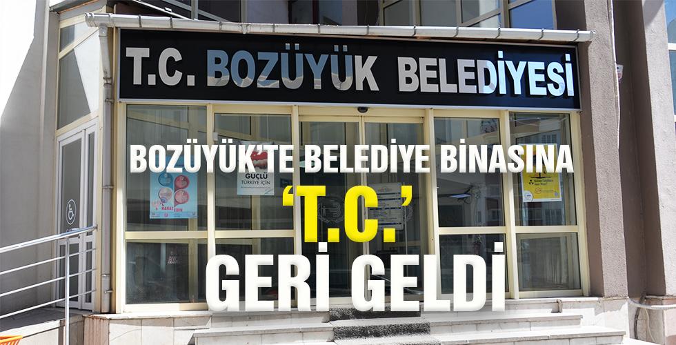 BOZÜYÜK'TE BELEDİYE BİNASINA 'T.C.' GERİ GELDİ