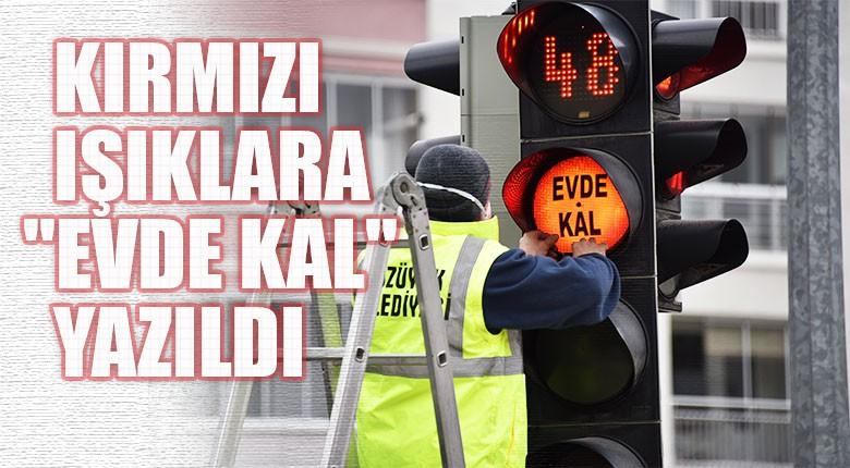 """Bozüyük'te Kırmızı trafik ışıklarına """"Evde kal"""" yazıldı"""