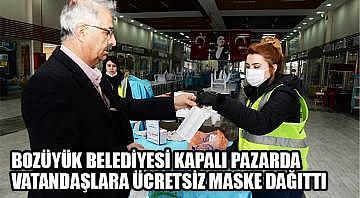 Bozüyük Belediyesi kapalı pazarda vatandaşlara ücretsiz maske dağıttı