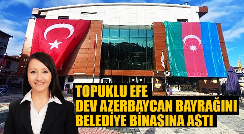 Topuklu Efe Dev Azerbaycan bayrağını belediye binasına astı